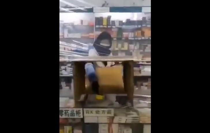 中國藥局櫃檯掛上薄膜防止感染。(擷取自微博)