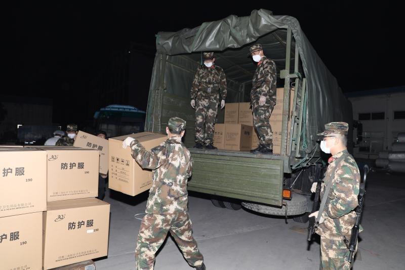 上海武警在山東日照某倉庫般防護衣上車。(圖擷自新浪新聞)
