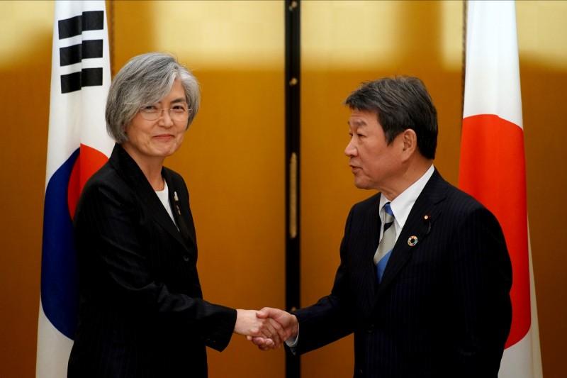 2020慕尼黑安全會議於2月14日至2月16日在德國舉行,美日韓三方代表齊聚,深化中東議題以及北韓無核化議題上的合作,圖為韓國外交部長康京和(左)及日本外務大臣茂木敏充(右)。(路透)
