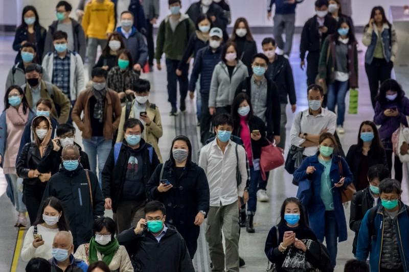 香港的口罩存量已顯不足,價格更是水漲船高,但港府仍未釋出相關措施舒緩不便,引發民怨。(彭博)