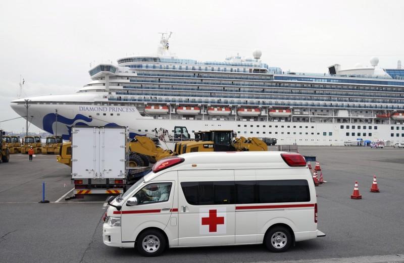 駐日代表謝長廷今天下午證實,鑽石公主號(見圖)上85歲台灣旅客被安排下船至附近的紅十字醫院治療。(歐新社)