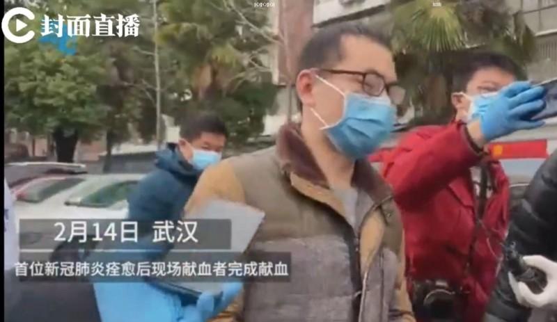 從今日開始於「湖北省人民醫院愛心捐血屋」舉行的「公開募血活動」,才第一天,就出現首名武漢肺炎痊癒患者獨自前去捐血。(圖擷取自微博)
