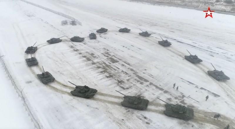 俄羅斯1名中找來多輛T-72B3戰車在雪地上排成愛心向女友求婚,最終果然讓她嬌羞地點頭答應。(圖擷自《紅星電視台》Звезда網站)