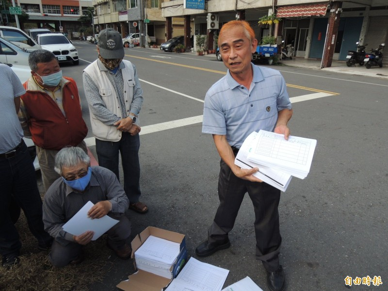 莊訓貴協助募集罷韓連署,今將送出約1900份。(記者王榮祥攝)
