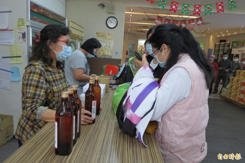 烏日啤酒廠上午10點開賣75% 600CC酒精。(記者蘇金鳳攝)