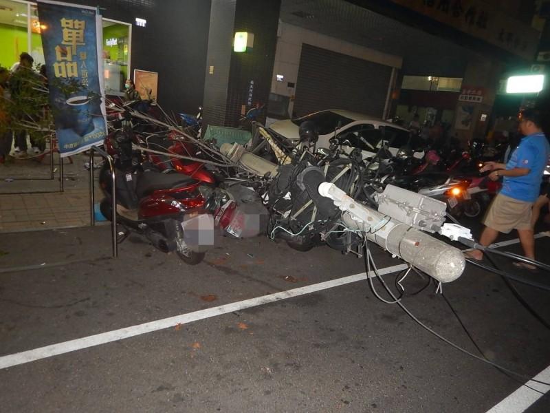 駕駛疑似未注意前方,撞上18輛機車及電線桿。(記者蘇金鳳翻攝)