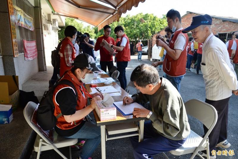 罷韓連署在內門里社區發展協會前攤位。(記者許麗娟攝)