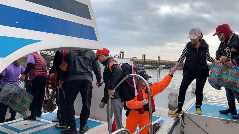 採收紫菜民眾年齡層偏高,安檢所協助上下船。(第七岸巡隊提供)