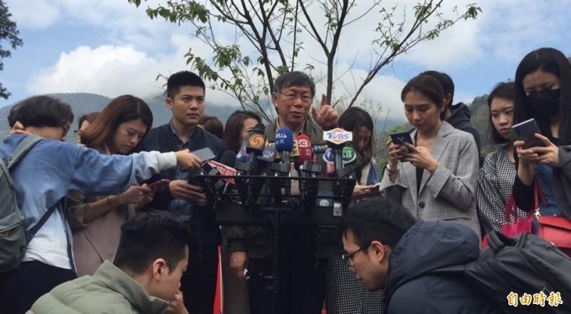 台北市長柯文哲(中)今早被詢及武漢肺炎疫情何時會過?他回應「你問我專業意見是6個月。」。(記者陳璟民攝)