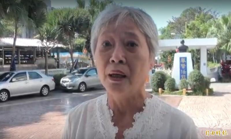 花蓮黨齡四十年的資深黨員沈明華今天到花蓮縣黨部要進去黃榮華黨部召開的考紀會,被擋在門外,她痛批,國民黨「被這群人搞壞」,已決定要退出國民黨。(民眾提供)