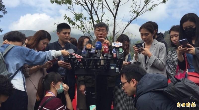 台北市長柯文哲(中)今早被詢及,再有防疫失聯者怎麼辦?他回應「真的不行的話就用電子手銬」。(記者陳璟民攝)