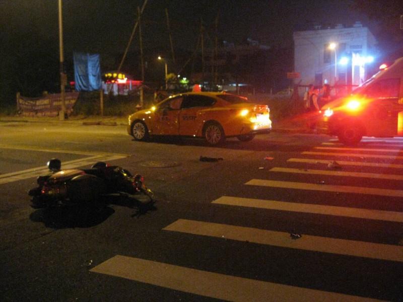 計程車與機車在路口發生碰撞。(民眾提供)
