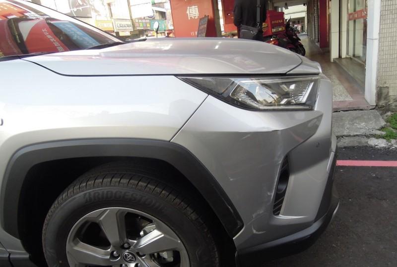 廖男車子右側車身與店家門柱擦撞痕跡吻合。(記者許國楨翻攝)