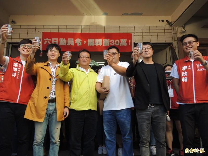 罷韓團體舉杯感謝市民相挺。(記者王榮祥攝)