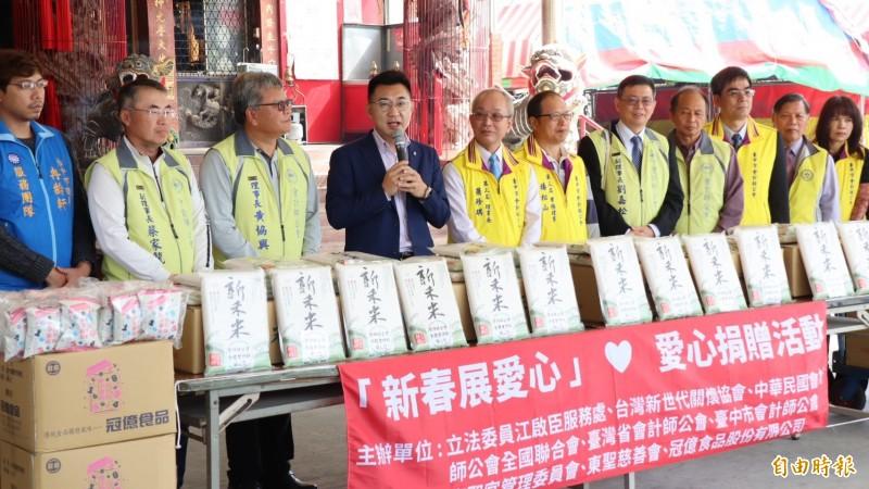 江啟臣(左四)出席捐贈白米給惠明盲童育幼院活動。(記者張軒哲攝)