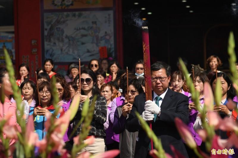 桃園市長鄭文燦祈求四媽祖保佑台灣,順利度過武漢肺炎疫情。(記者謝武雄攝)