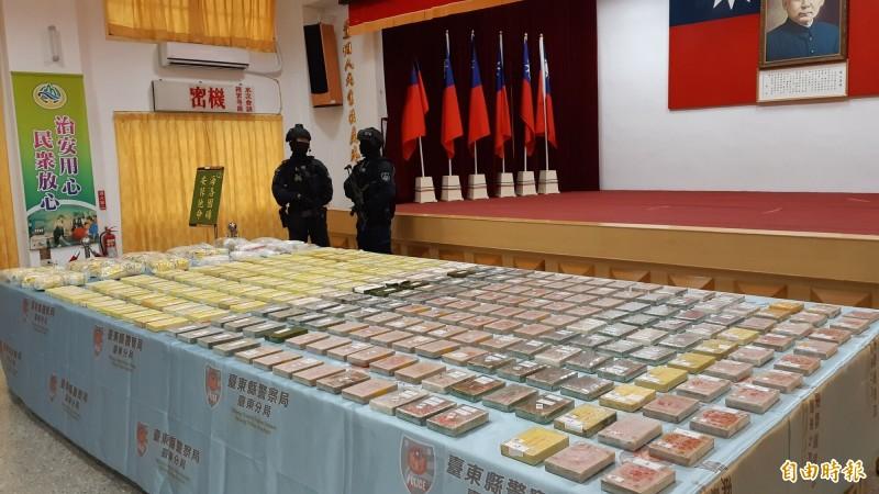 台東檢警破獲林孝道運毒集團,起出共296塊海洛因磚,還有安非他命。(記者黃明堂攝)