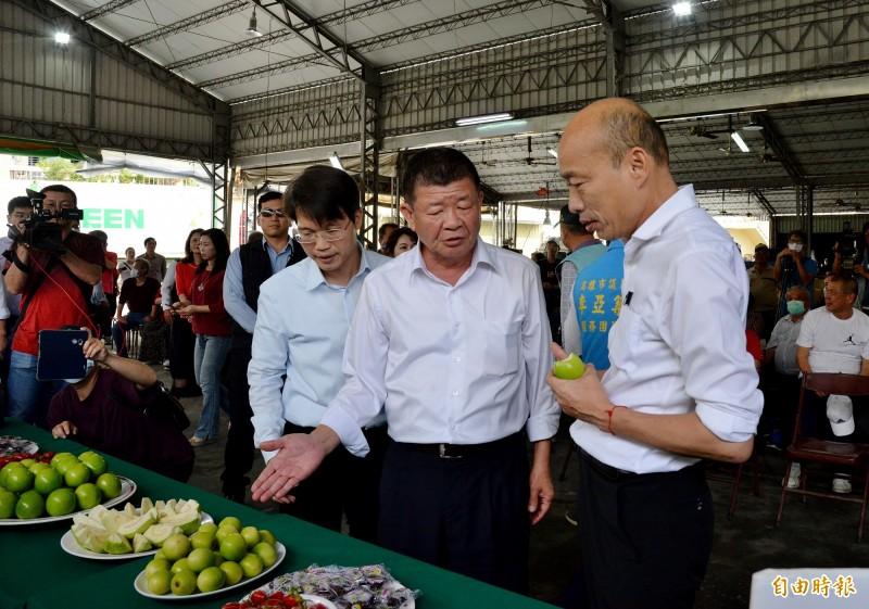 高雄市長韓國瑜(右1)親察阿蓮蜜棗外銷情形,當場吃了一口蜜棗直呼好吃。(記者許麗娟攝)