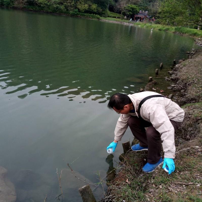縣府派員檢測梅花湖水質,確定沒有問題。(宜蘭縣政府提供)