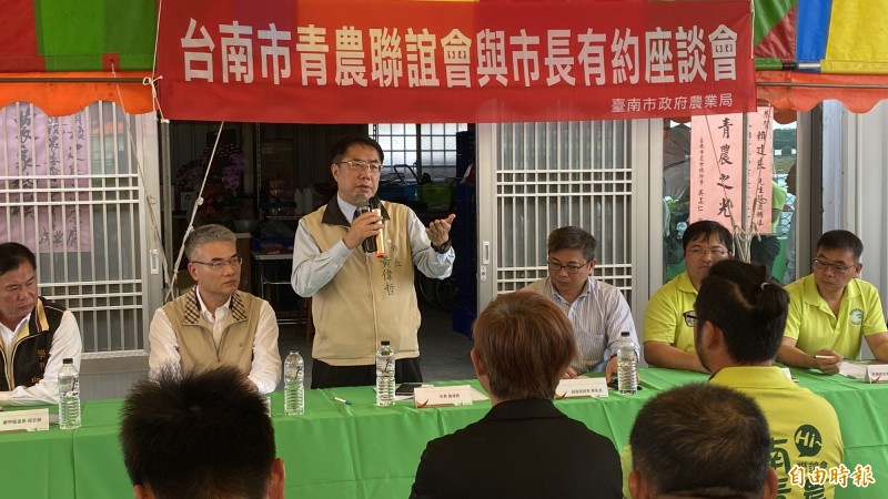 台南市長黃偉哲(後左三)今在學甲區與溪北青農舉辦首次座談,當面聽取青農的意見。(記者楊金城攝)