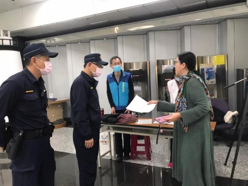 澎湖縣政府警察局進駐機場與港口,協助衛生局人員測量旅客體溫。(澎湖縣政府提供)