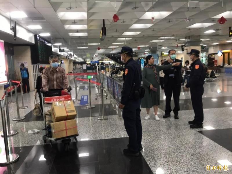 由於少數民眾不守規定,警方即日起進駐機場港口協助處理。(澎湖縣政府提供)