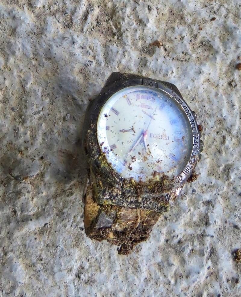 南投信義鄉雙龍部落一處舊工寮出現白骨遺骸,死者身上並無證件,但手上有戴手錶。(記者劉濱銓翻攝)