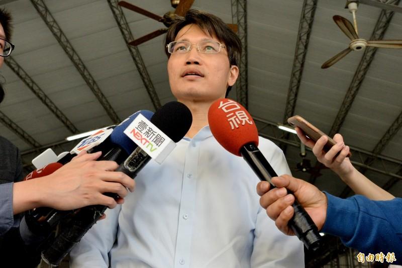 高雄市農業局副局長王正一對農委會將對鳳梨外銷新興市場補助的政策,認為對外銷佔97%的中國市場,實質上沒有相對應的協助措施。(記者許麗娟攝)