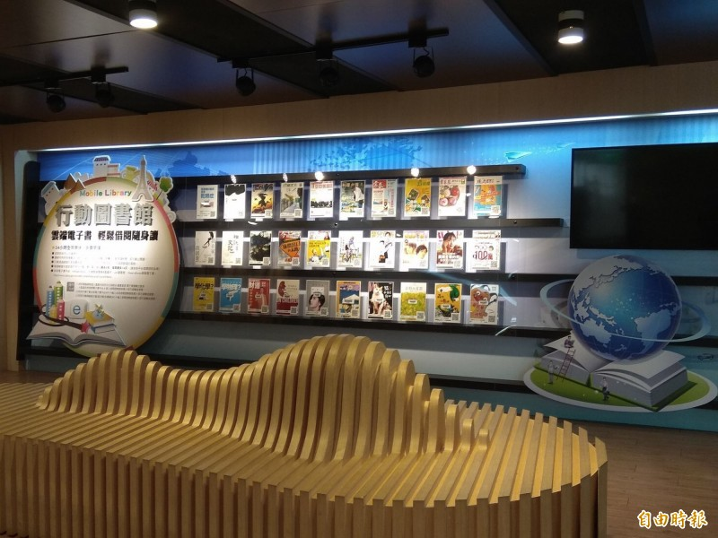 嘉市文化局圖書館在防疫期間每日定時清潔與消毒。(記者丁偉杰攝)