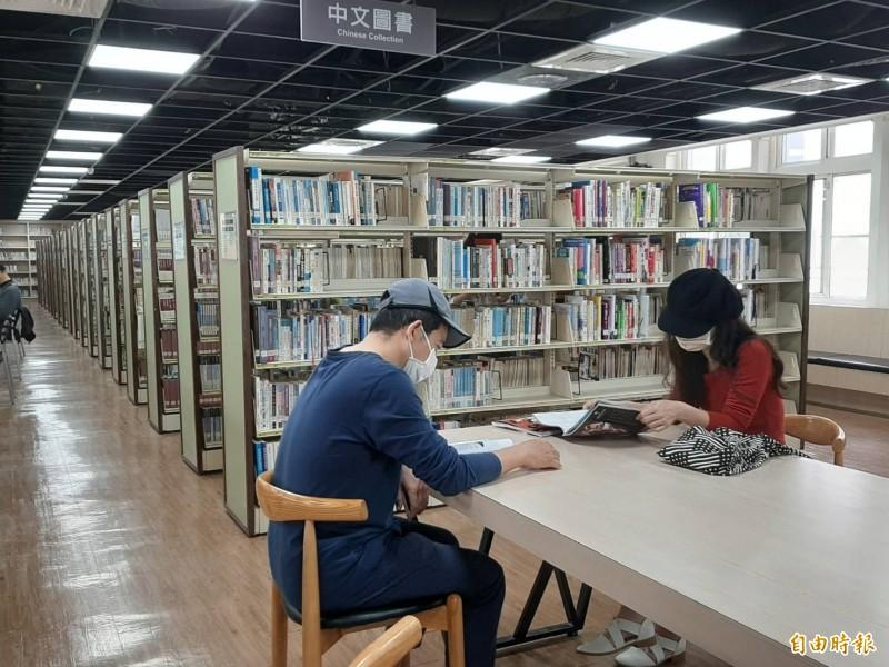 嘉市文化局圖書館吸引喜愛閱讀的民眾挖寶。(記者丁偉杰攝)