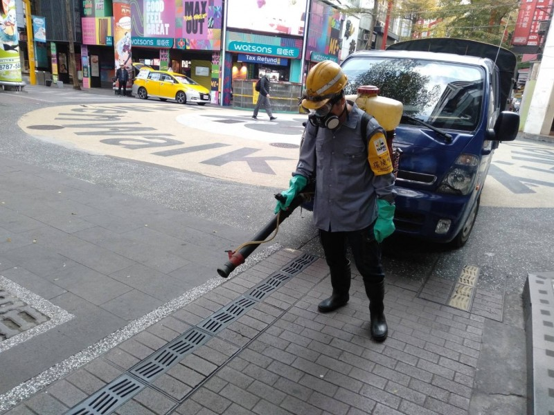 有3名入境香港旅客違反居家檢疫規定外出,台北市環保局針對3人於西門町一帶的落腳處周邊加強消毒。(台北市環保局提供)
