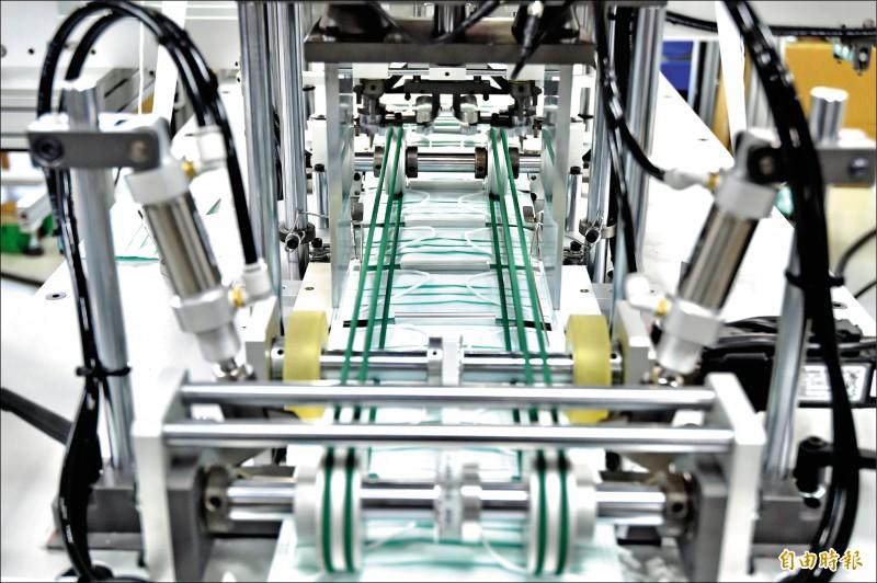 權和機械公司口罩生產設備及生產線。(記者塗建榮攝)