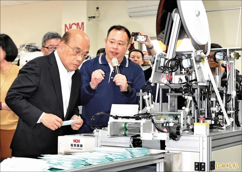 行政院長蘇貞昌(左一)14日視察權和機械口罩生產設備及生產線。(記者塗建榮攝)