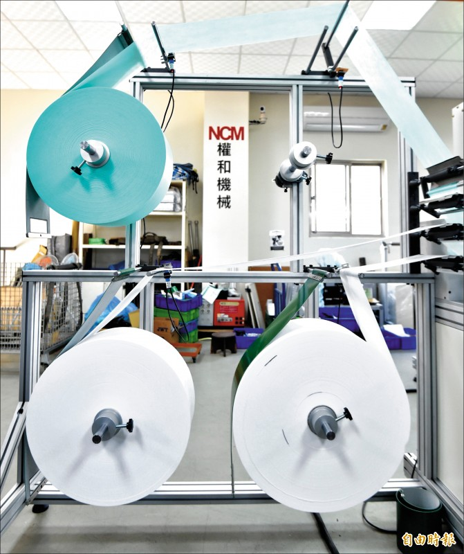 權和機械公司口罩生產原料。(記者塗建榮攝)