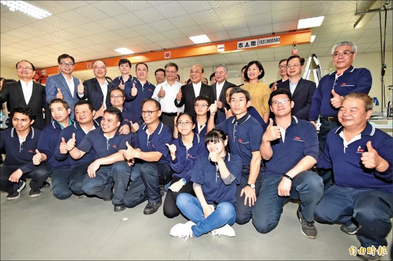 行政院長蘇貞昌14日視察權和機械口罩生產設備及生產線,與工廠員工合影留念。(記者塗建榮攝)