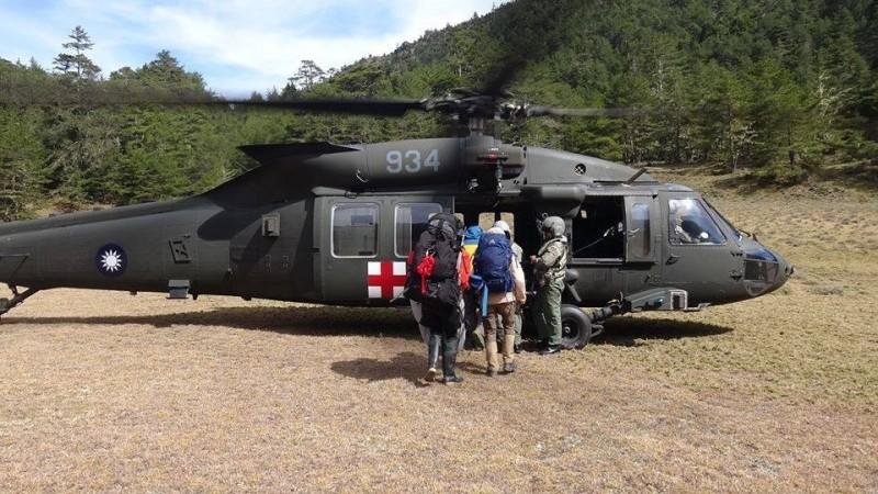 除了機載氣象雷達,空軍救護隊為使黑鷹直升機具有海上夜間搜救能力,因此也自今年起增購裝備,並進行構改,盼能滿足任務所需。(資料照)