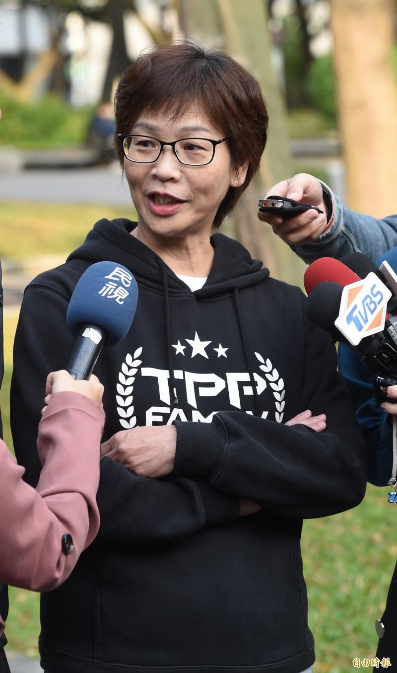 民眾黨立委蔡壁如,15日在二二八公園一邊晨跑,一邊說明優先法案「一憲二法」理念。(記者劉信德攝)