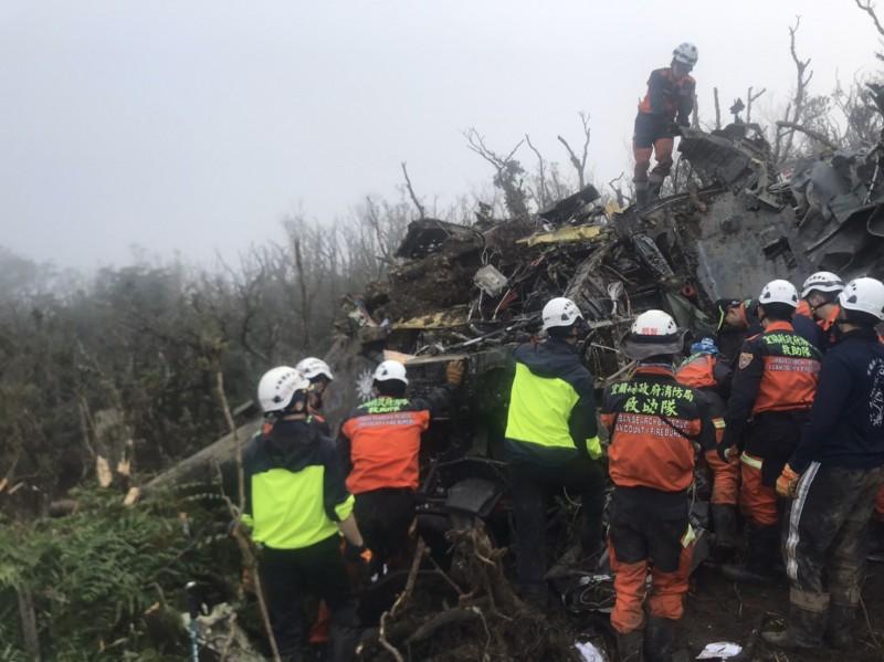黑鷹直升機元月2日在新北市烘爐地山一帶墜毀,造成故參謀總長沈一鳴等8位將士殉職。空軍完成初步調查,宣布事故原因。(資料照,記者翻攝)