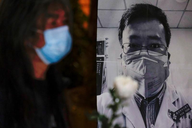 中國武漢肺炎「吹哨人」李文亮醫師6日因染病去世。(路透)