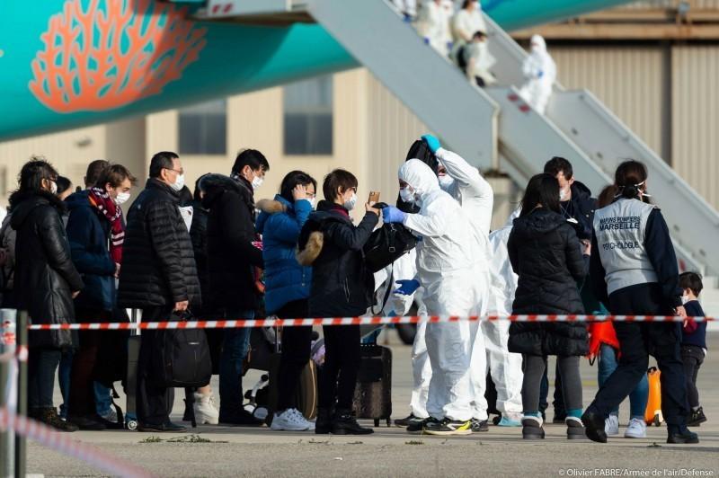 武漢肺炎疫情延燒,有11例確診病例的法國稍早出現一名死亡病例,死者是一名在法國的80歲中國遊客,他是亞洲以外地區的第一個因武漢肺炎的死者,也是歐洲地區第一起死亡案例。圖為法國撤僑班機的僑民們在下機後接受檢疫人員檢查。(法新社)