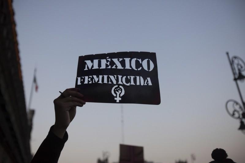 墨西哥民眾走上街頭,對於不斷發生針對女性的謀殺政府卻消極以對表示抗議。(美聯社)