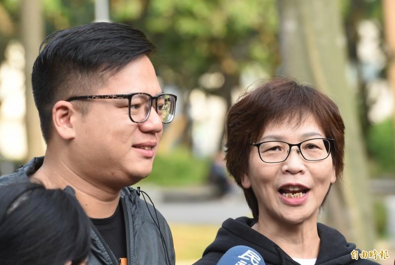 民眾黨立委邱臣遠和蔡壁如,今在二二八公園一邊晨跑,一邊說明優先法案「一憲二法」理念。(記者劉信德攝)