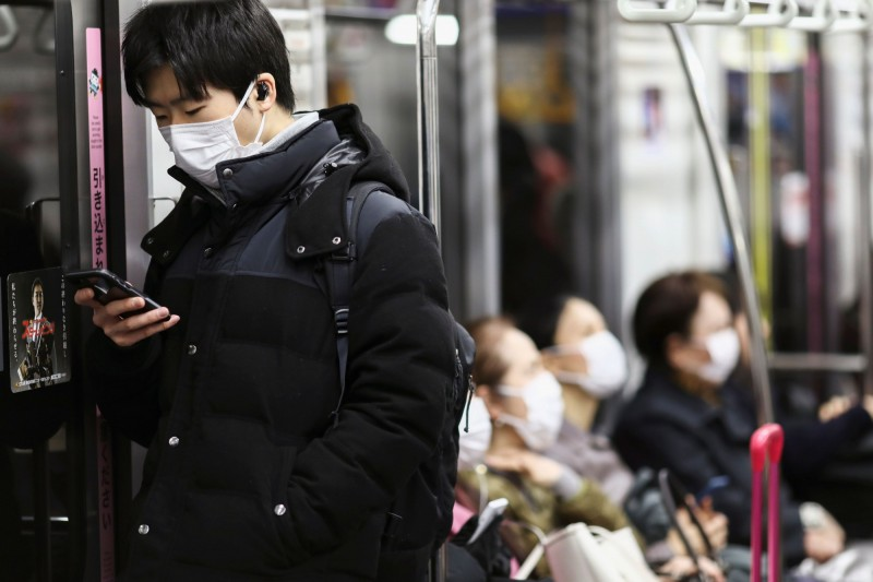 東京今天新增8例武漢肺炎確診病例,其中部分病患可能和先前一名確診的計程車司機曾有密切接觸。圖為日本東京戴上口罩的地鐵乘客。(路透)