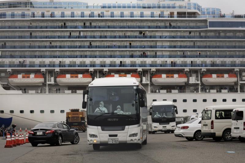 停靠在日本橫濱的郵輪「鑽石公主號」今日新增67起病例,船上約3700乘客中總共累積285人確診。(美聯社)