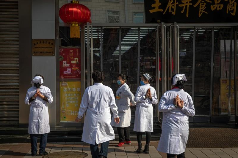 中國北京1名武漢肺炎痊癒病患表示,大家應該要相信國家,並聲稱她每天喝中藥湯就好了。(歐新社)