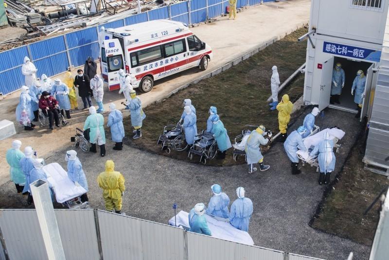 有外媒報導,武漢當地官員竟然隨意抓走尚未確診的患者,過程中沒有任何保護措施,此舉存在感染的風險。(美聯社)