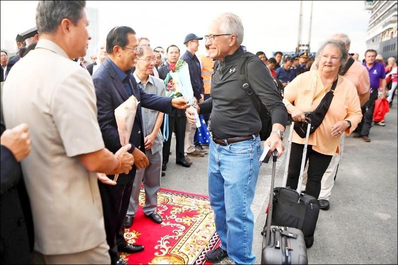 柬埔寨總理洪森親臨現場迎接乘客,並送上花束。(法新社)
