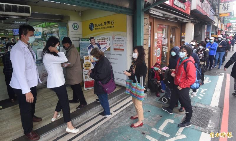 別全國303家衛生所明天起也賣實名制口罩,台北市衛生局提醒,北市12區健康服務中心並未納入,購買口罩仍須到健保特約藥局。(資料照)