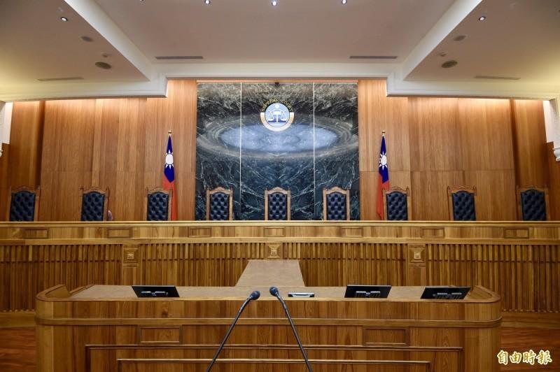 最高法院刑六庭就「主動供承重罪的自首規定適用」,刑五就「開啟第三人沒收程序的」等2項法律爭議,因最高法院各庭見解不一,故提交大法庭裁定,尋求統一法律見解。(資料照)