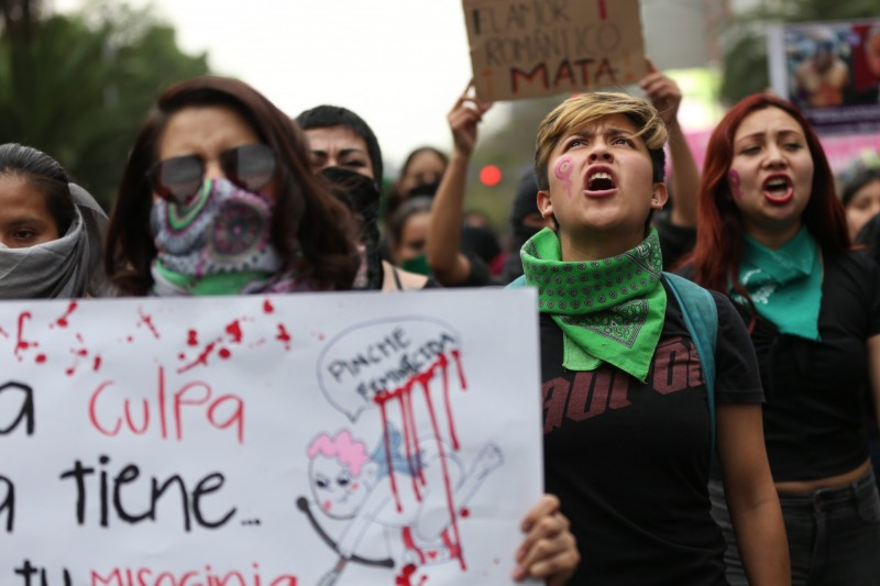 抗議群眾的標語針對報紙所下的標語「這是邱比特的錯」,抗議嗜血媒體。(歐新社)